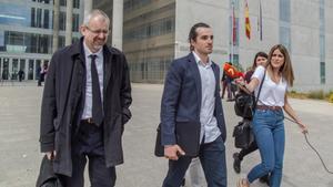 El creador de la web Seriesyonkis, Alberto G. S., con su abogado, tras declarar en el juicio.