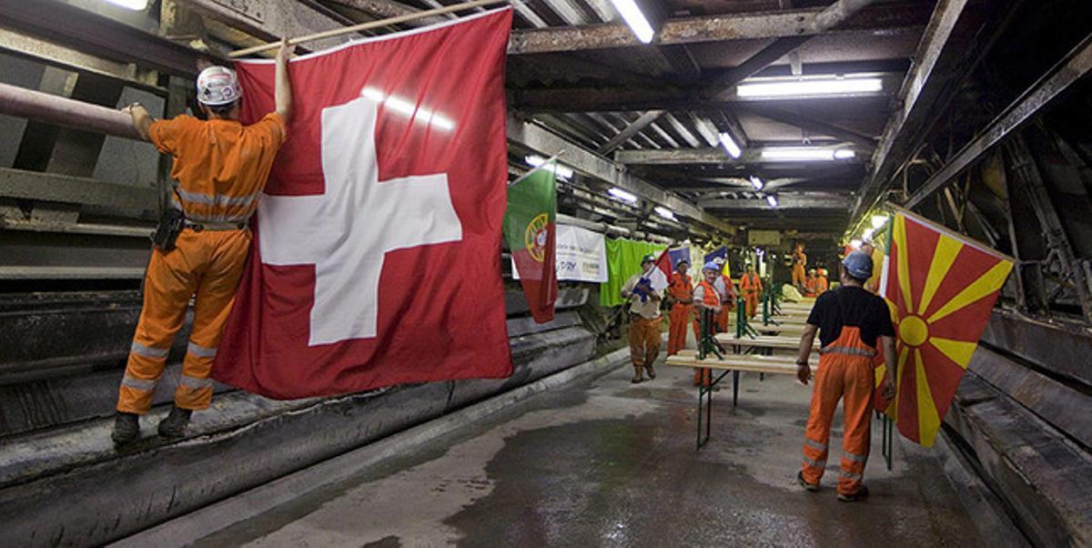 Trabajadores decoran las paredes del tunel de San Gotardo una vez finalizada la perforación de las galerías, en el 2010.