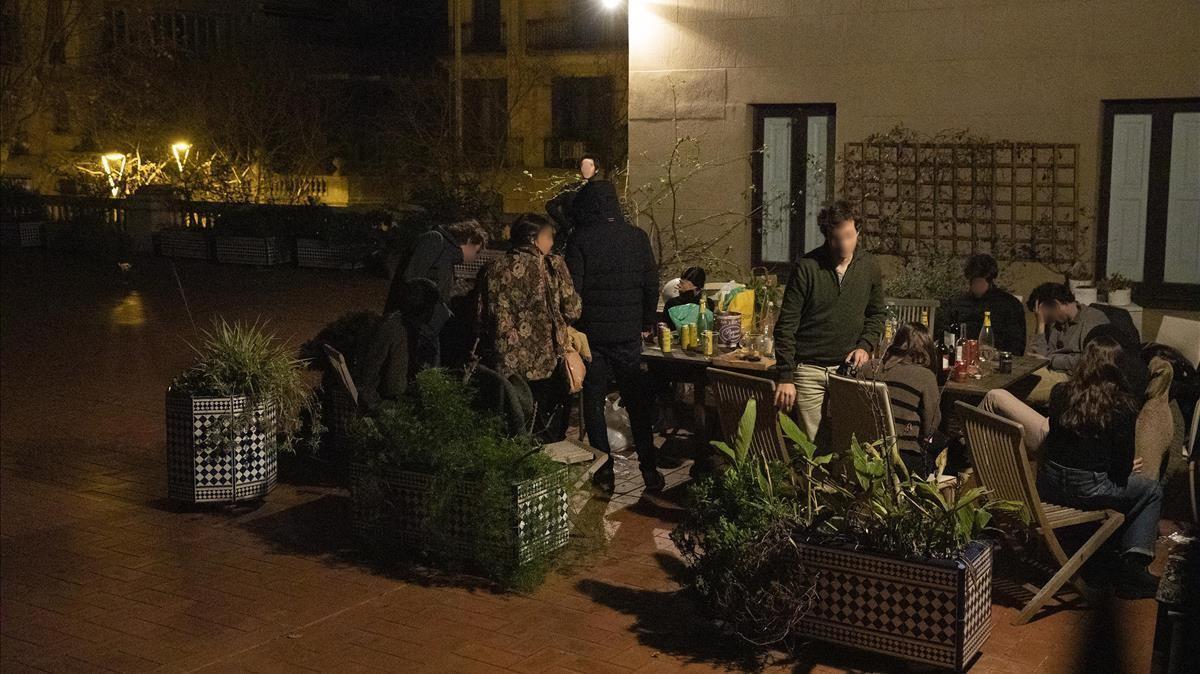 Una fiesta en el patio interior de una vivienda de la avenida Diagonal donde asistieron 27 personas.