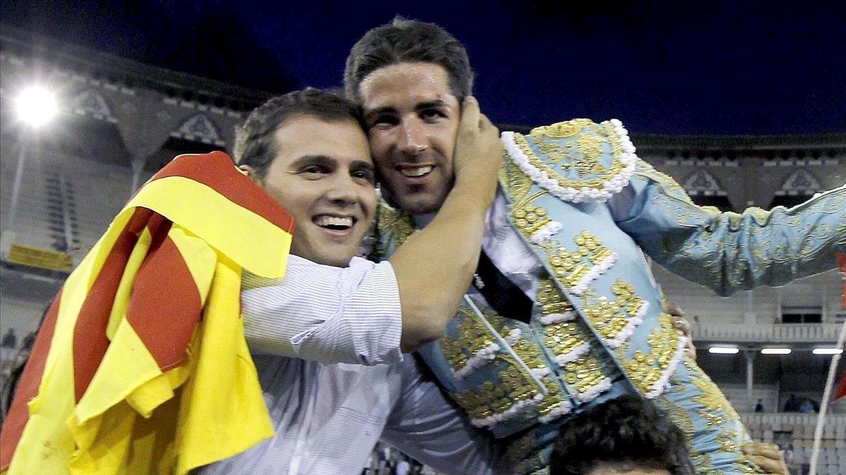 Albert Rivera saluda a Serafín Marín, candidato de Vox, en la última corrida en la Monumental, en septiembre de 2010.