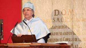 El cantante Joan Manuel Serrat tras ser investido este viernes doctor honoris causa por la Universidad de Zaragoza.