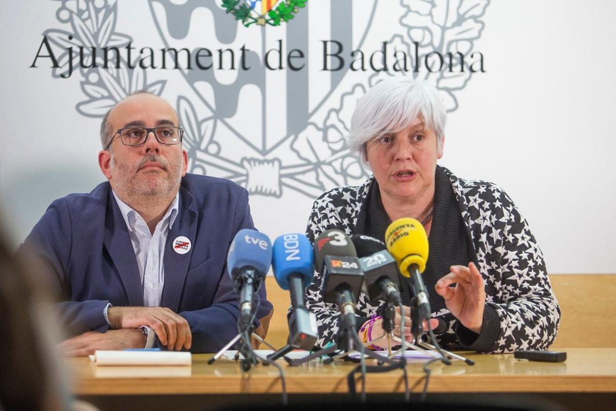 Imagen de archivo de Oriol Lladó (ERC) y Dolors Sabater (Guanyem), en rueda de prensa en el Ayuntamiento de Badalona, tras las pasadas elecciones municipales.