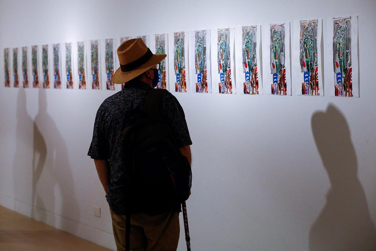 Un hombre contempla unas obras en el Museo Picasso de Barcelona