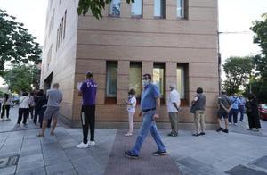Colas a la entrada de un Centro de Salud de la Comunidad de Madrid en el distrito de Carabanchel .