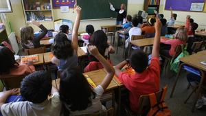 Una profesora imparte clase a sus alumnos.