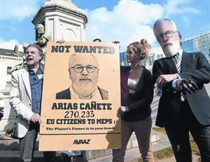Unos manifestantes protestan por la candidatura de Cañete, en Bruselas.