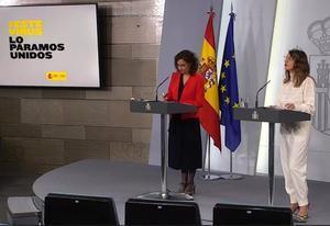 La ministra de Hacienda y portavoz del Gobierno, María Jesús Montero, y la ministra de Trabajo, Yolanda Díaz, durante la rueda de prensa tras el Consejo de Ministros extraordinario de este domingo.