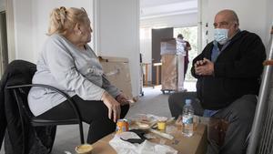 Ignacio Delnotaro y Alicia Mannise, dos de los nuevos inquilinos de la Casa Bloc, en plena mudanza.