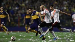 Carlos Tévez y Javier Pinola en el último Boca - RIver