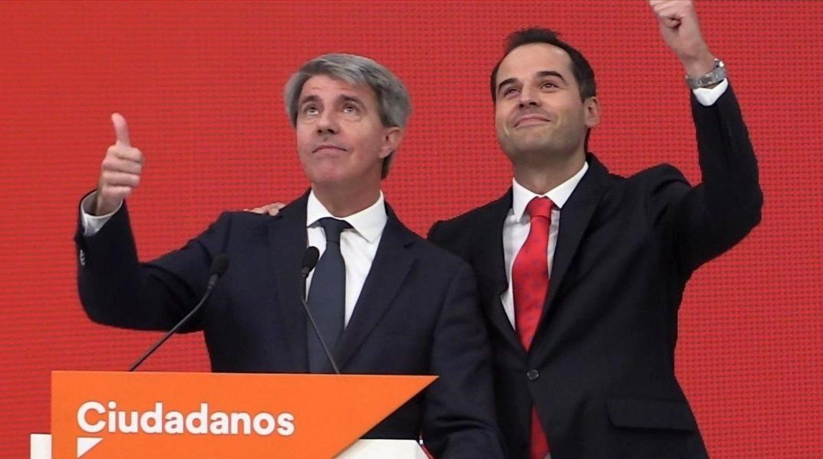 El expresidente de la Comunidad de Madrid Ángel Garrido (izquierda), acompañado por el candidato de Ciudadanos,Ignacio Aguado.