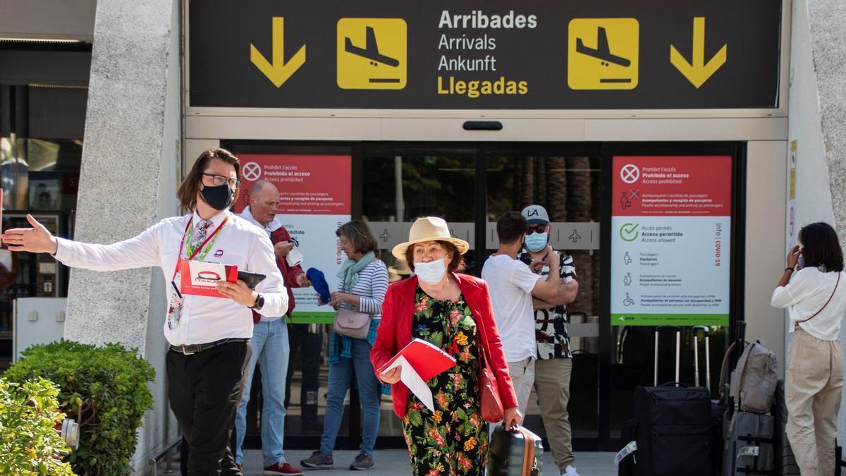 Pasajeros llegando al Aeropuerto de Son San Joan de Palma de Mallorca, el pasado día 13.