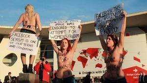Activistes de Femen es manifesten contra Mark Zuckeberg a les portes del Mobile World Congress.