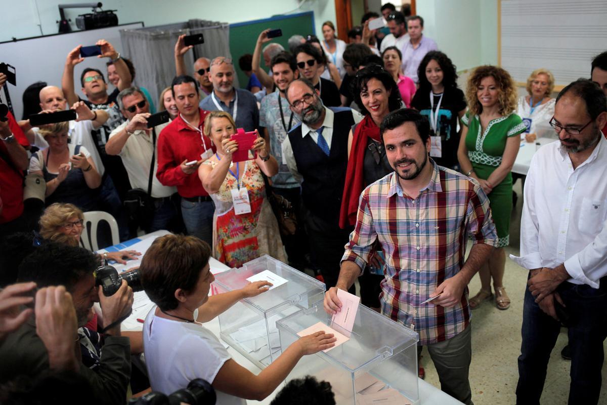 Alberto Garzón vota en Rincón de la Victoria.