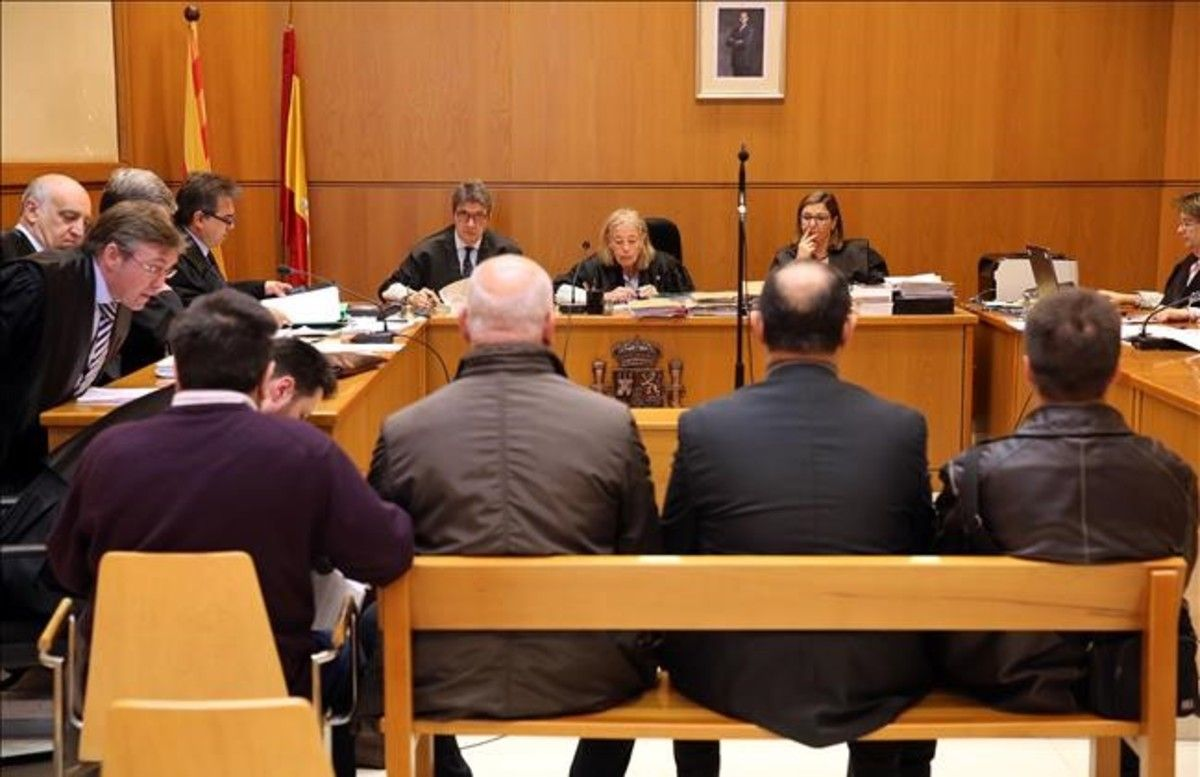 En el banquillo, este lunes, los cuatro acusados, aunque, al final, solo quedarondos.