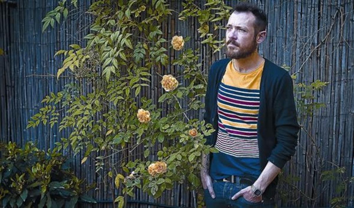 Frederic Sancho, un gay que sufrió acoso escolar por su homosexualidad, ayer a mediodía, en la terraza del Casal Lambda, en Barcelona.
