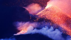 El volcán Cumbre Vieja continúa en erupción en la isla canaria de La Palma, visto desde Tajuya, España, 21 de octubre de 2021.