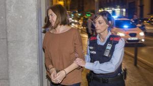 María Ángeles Freixas detenida por los Mossos d'Esquadra acusada de ahogar a su hija de 10 años en la bañera.