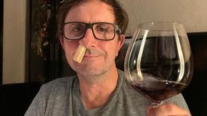 Jordi Ríos, 'catando' un vino en el restaurante Shanghai.