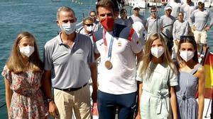 Los reyes y sus hijas dan la bienvenida a Joan Cardona tras su bronce en vela.
