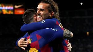 Griezmann se abraza a Messi tras recibir el centro del 1-0 en el Barça-Villarreal.