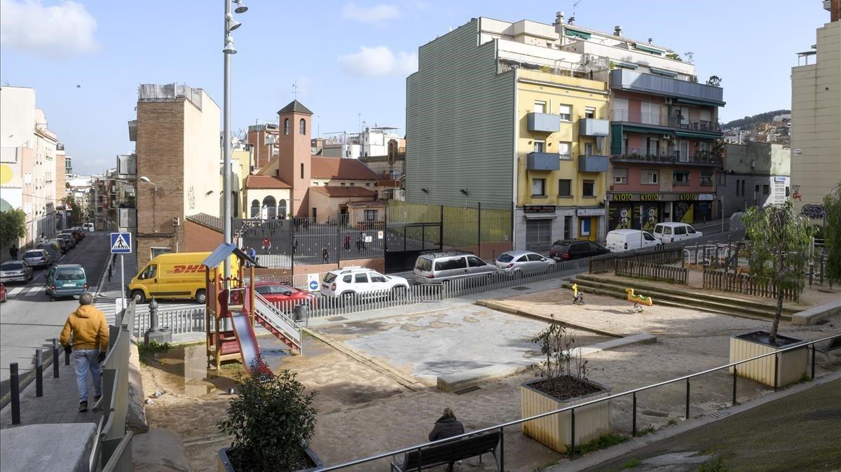 El parque infantil que se instaló en el lugar exacto en el que se hundió la cola de maniobras, tragándose un garaje y dejando dos edificios tocados de muerte.