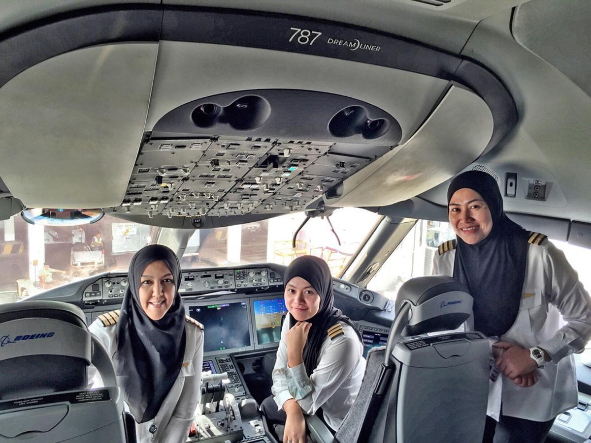 La comandante Sharifah Czarena (izquierda), junto a las oficiales Nadiah (centro) y Sariana, antes de despegar hacia Arabia Saudí.