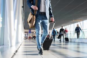 Un turista en un aeropuerto.