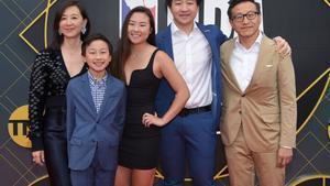 Joe Tsai (d), nuevo propietario de los Nets,junto a su familia.