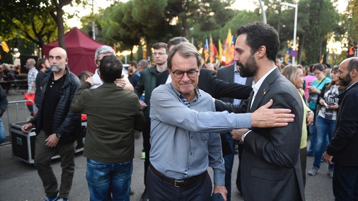 Artur Mas saluda al President del Parlament, Roger Torrent en la manifestación.