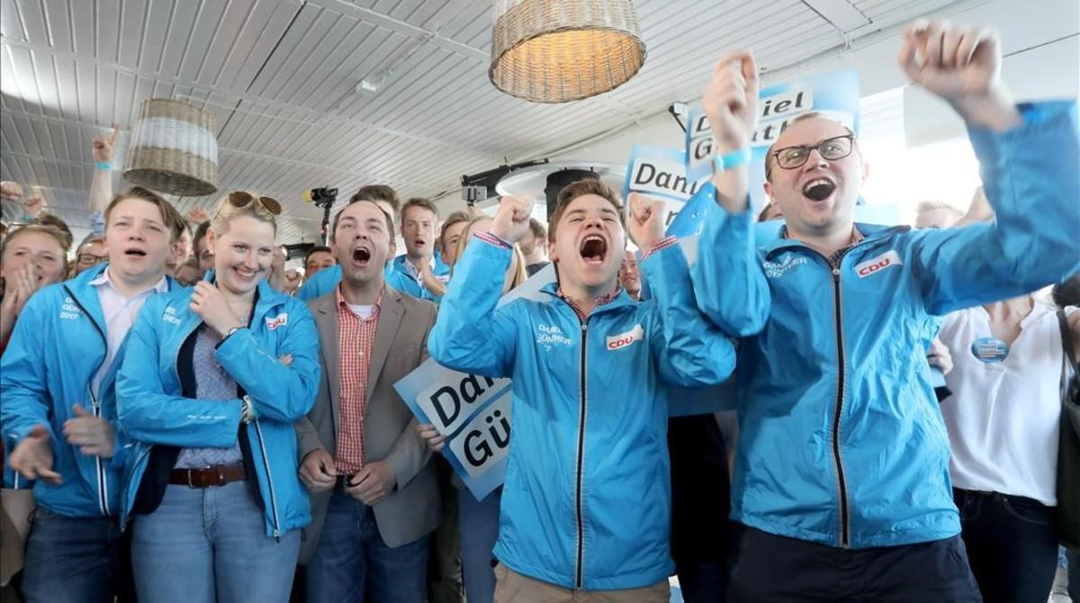 Seguidores del partido de Merkel celebran el triunfo en Schleswig-Holstein.