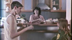 Una imagen de la película 'La reina de los lagartos' con Javier Botet y Bruna Cusí.
