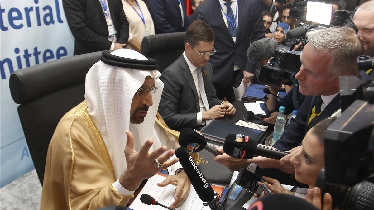 Khalid Al-Falih, ministro de Energía de Arabia Saudí, habla con los periodistas.
