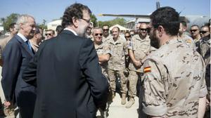 Rajoy, ayer, durante la visita a la misión antipiratería de España en el Índico.