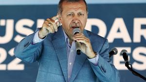 El presidente de Turquía Recep Tayyip Erdogan habla en un mitin en Estambul.