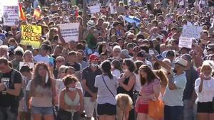 Unas 2.500 personas, según la Policía, se han concentrado este domingo en la plaza de Colón, en Madrid, en contra del uso obligatorio de mascarillas y de otras medidas implantadas por el Gobierno para hacer frente al coronavirus.