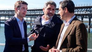 Pablo Casado, junto a Juan José Cortés (centro) y el candidato del PP andaluz, Juan Manuel Moreno.