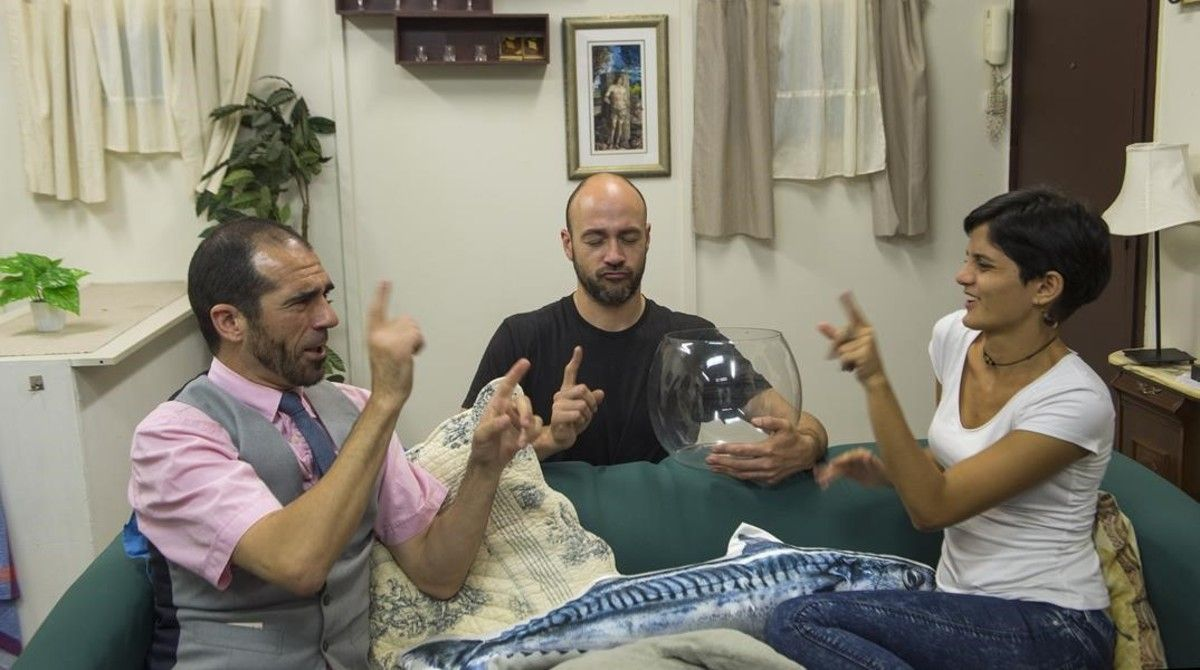 Los tres protagonistas de la webserie 'Peixos', Frank Vidiella, Sam Campos y Alícia Sort, se comunican en lengua de signos en el salón-plató. Frank y Alícia son sordos de nacimiento. Sam, oyente.