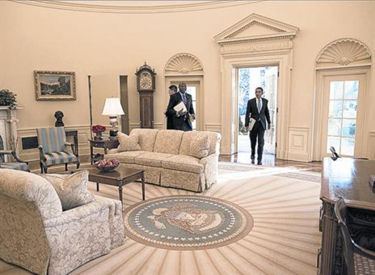 Barack Obama, en su primera entrada en el Despacho Oval, en el 2009.