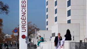 Personal sanitario del Hospital La Fe de València descansa a las puertas de urgencias del centro hospitalario, este martes.