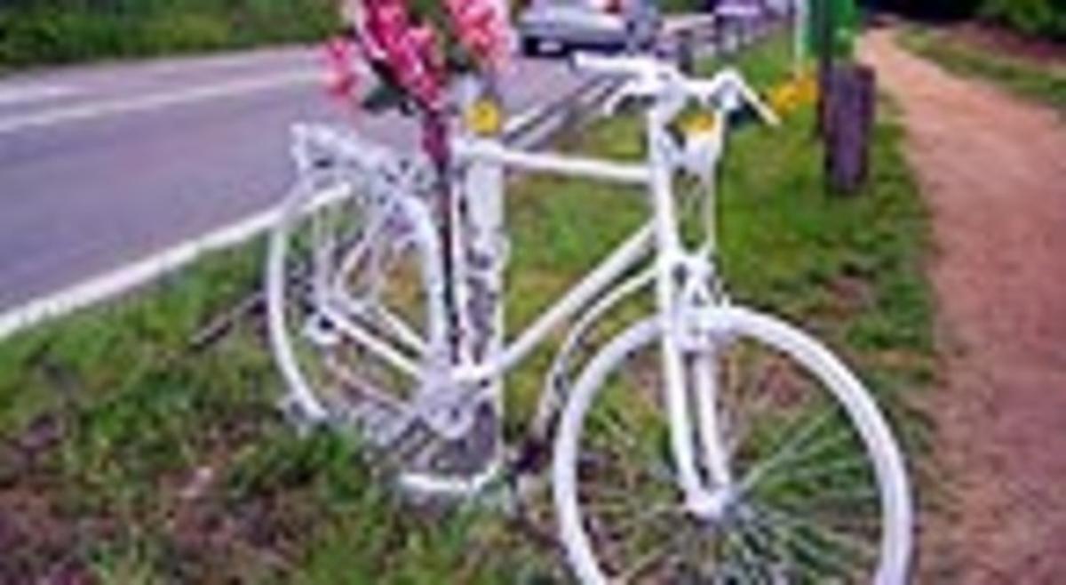 Una bicicleta blanca que recuerda un accidente.