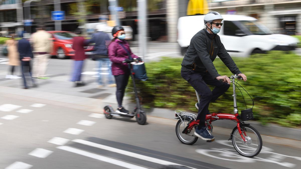 Dos ciclistas en el carril bici de la Diagonal, este miércoles por la mañana