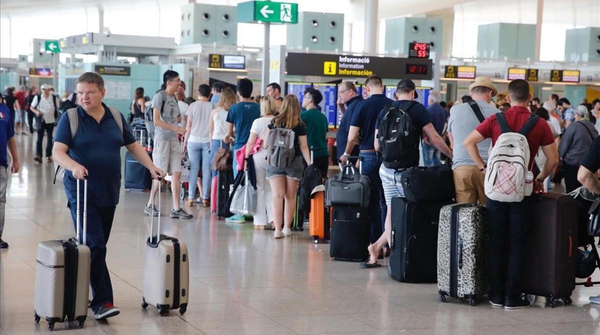 Colas esperando para llegar al mostrador de check in de Vueling el verano del 2016.
