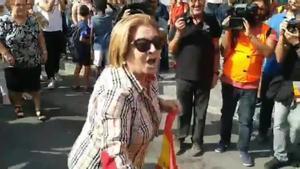 Una mujer con una bandera Española es golpeada en Tarragona.
