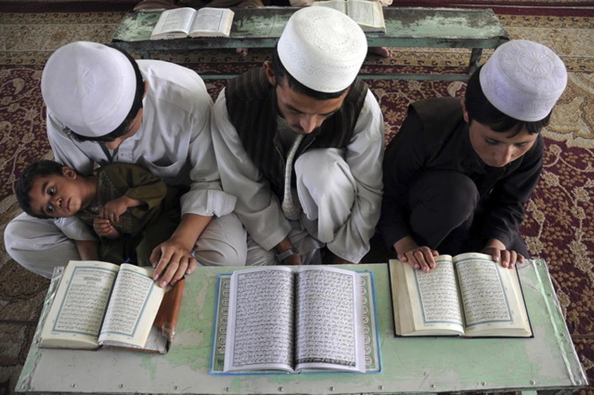 Niños afganos leen el Corán durante el mes de Ramadán, en Mazar-i-Sharif (Afganistán), el pasado día 17.