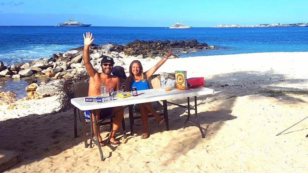 Marc y Cristina, en la playa caribeña en la que pasaron el confinamiento del covid.