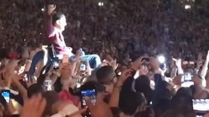 Rob Taylor, en volandas, durante el concierto de Coldplay.