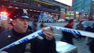 Un policía acoordona los alrededores de la estación de autobuses de Nueva York donde se ha producido la explosión.
