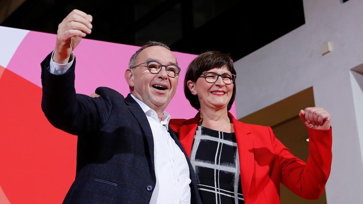 Saskia Esken (derecha) y Norbert Walter-Borjans se han erigido vencedores de las primarias del SPD alemán.