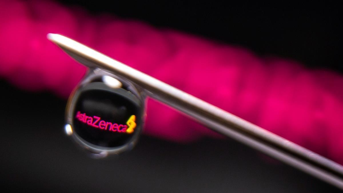 El logo de la farmacéutica AstraZeneca se refleja en una gota de una vacuna contra el covid-19.