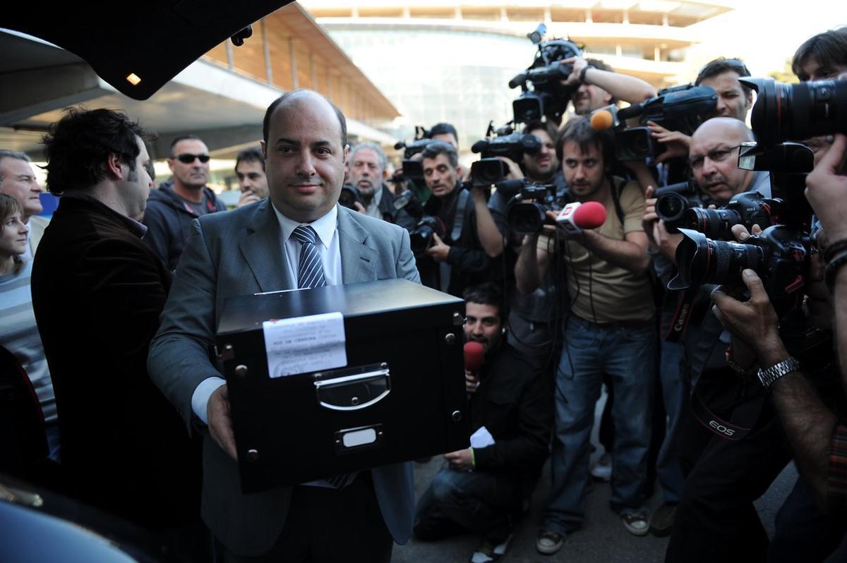 Oriol Giralt, con las firmas de su moción de censura.
